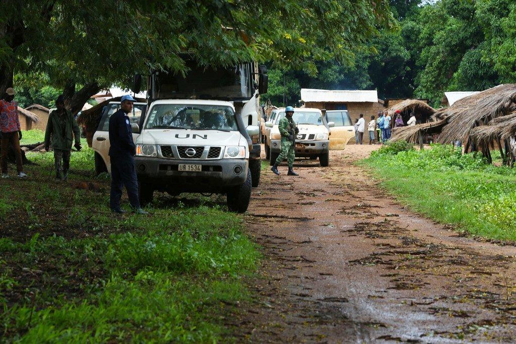 Des Casques bleus de la MINUSCA en patrouille dans la préfecture d'Ouham-Pendé, dans le nord-ouest de la République centrafricaine (RCA)