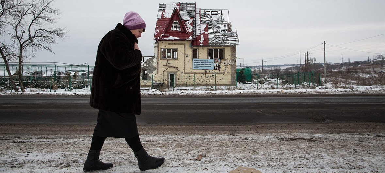 Тысячи мирных жителей на востоке Украины сталкиваются со многими проблемами и лишениями.