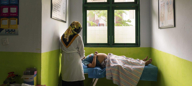 Каждый год в странах с низким и средним уровнем дохода отмечается 74 млн случаев незапланированной беременности. На фото: клиника в Амбоне, Индонезия