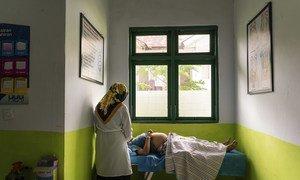 A Ambon, en Indonésie, une femme enceinte effectue une visite dans un centre local de santé.
