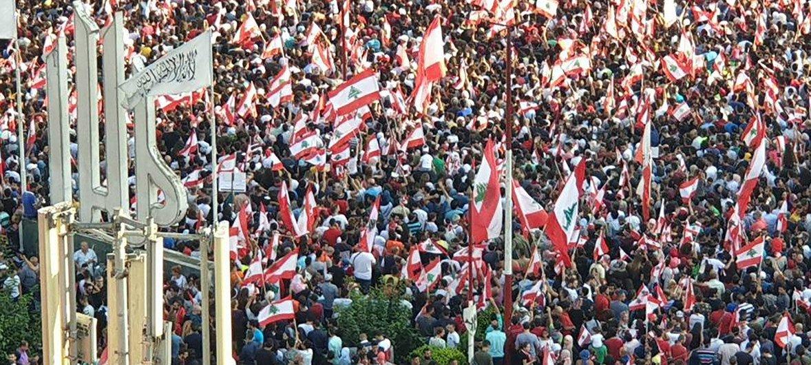 من الأرشيف: مشهد من المظاهرات التي كانت تعم لبنان أحتجاجا على الاوضاع الأقتصادية السيئة.