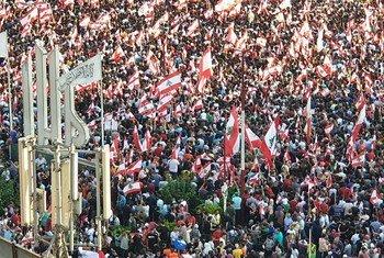 مشهد من المظاهرات التي تعم لبنان احتجاجا على الأوضاع الإقتصادية السيئة - ساحة النور، طرابلس، شمال لبنان.