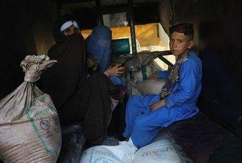 Familia ikirejea nyumbani baada ya kupokea mgao wa chakula cha WFP katika eneo la usambazaji nje kidogo ya Herat, Afghanistan.