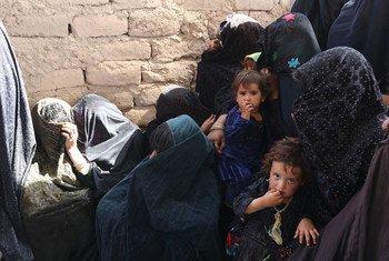 Женщины с детьми получают помощь в одной из мобиьных клиник ВПП по предотвращению истощения.  Герат, Афганистан.