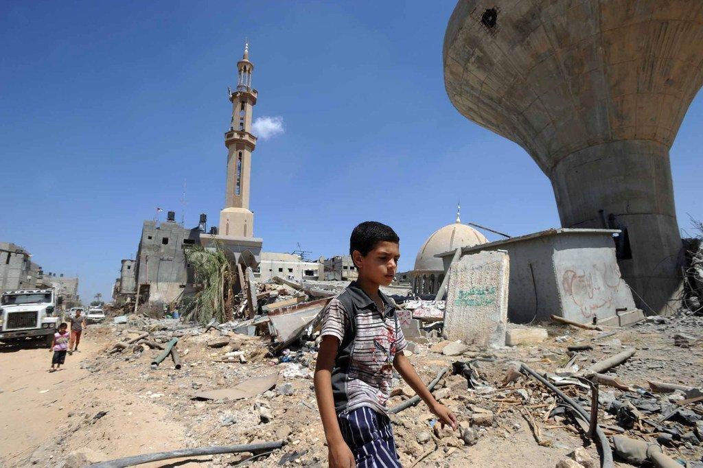 Un enfant palestinien passant devant des maisons détruites à Khuzaa, à l'est de Khan Younis, dans la bande de Gaza. (archive de 2014)