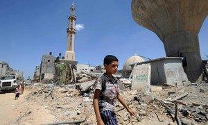 صورة من الأرشيف: فلسطينيون يبحثون بين الأنقاض عن حاجياتهم بعد هدم منازلهم في خانيونس بغزة.