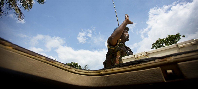 Um pacificador das Nações Unidas cumprimenta a população local enquanto patrulha Beni no leste da República Democrática do Congo.
