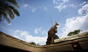 Un Casque bleu des Nations Unies salue la population locale alors qu'il patrouille à Beni dans l'est de la République démocratique du Congo.