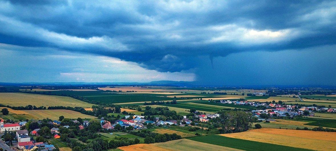 世界气象组织今天发布《温室气体公报》显示,2018年全球大气温室气体浓度再创新高,达百万分之407.8。