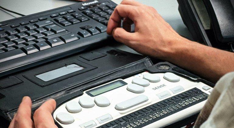 أتاحت التكنولوجيا فرص عمل لمن يعانون من الإعاقة البصرية.