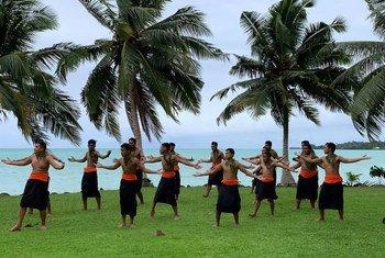 महिलाओं के ख़िलाफ़ हिंसा का उन्मूलन करने के लिये अन्तरराष्ट्रीय दिवस के अवसर पर, समोआ में पुरुषों का एक समूह, गतिविधियों में हिस्सा लेते हुए.