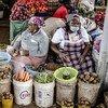 wanawake wafanyabiashara wakiuza mboga katika soko la Limuru, Kenya