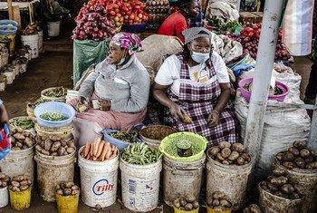 Des femmes vendent des légumes frais sur un marché à Limuru, au Kenya.