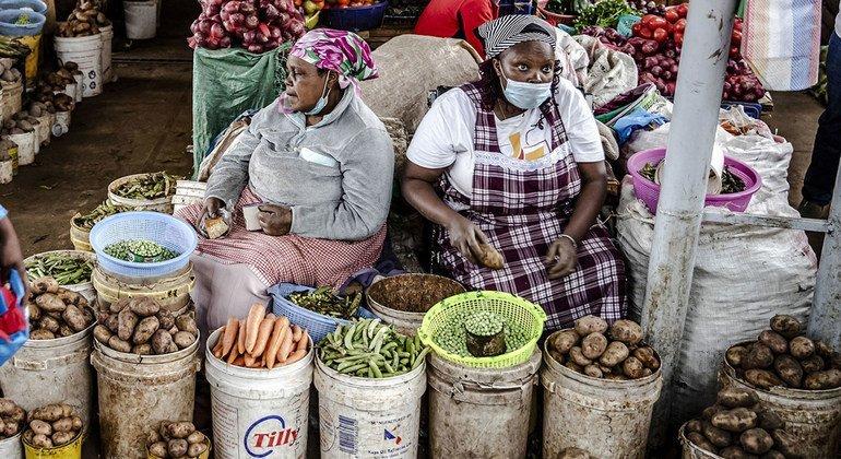 Vendedoras de alimentos en un mercado de Limuru, Kenya.