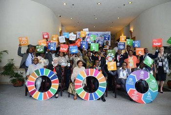 La Vice-Secrétaire générale, Amina Mohammed (au centre), et le président Emmerson Mnangagwa du Zimbabwe ainsi que d'autres participants au 6e Forum régional africain sur le développement durable au Zimbabwe.
