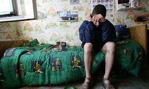 Un garçon de 19 ans est assis sur son lit dans un refuge pour enfants qui vivent ou travaillent dans la rue, à Odessa, en Ukraine. Il est consommateur de drogue et séropositif, mais n'a pas accès aux médicaments antirétroviraux.