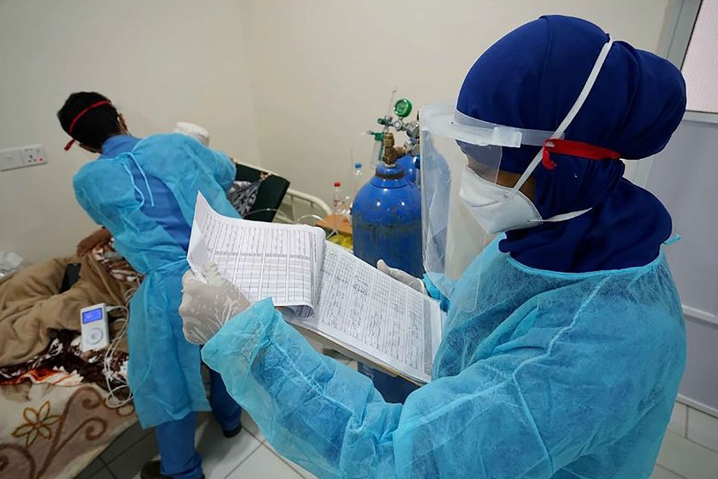 Un médecin examine un patient Covid-19 à l'hôpital Al Jomhouria d'Aden.