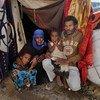 Familia iliiyofurushwa kwao Taiz nchini Yemen ikiwa imepata hifadhi kwenye hema huko Fazal nchini Yemen.