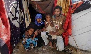 Desplazados de la ciudad de Taiz, esta familia vive en una tienda en el campamento de Fazal, en Yemen.