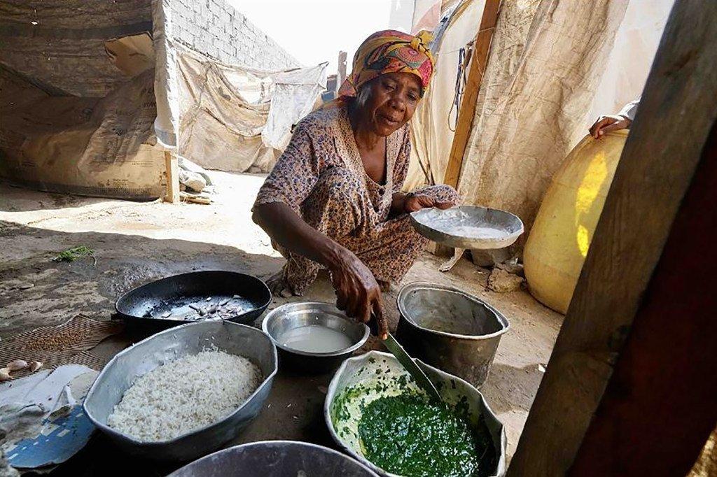 Mwananchi huyu wa Yemen akiandaa mlo kwenye kambi isiyo rasmi ya wakimbizi wa ndani ya Dar Saad mjini Aden nchini Yemen.