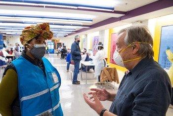 Secretário-geral conversando com Yeashea Braddock, a gestora de operações da escola em Nova Iorque onde ele recebeu segunda dose da vacina contra a Covid-19