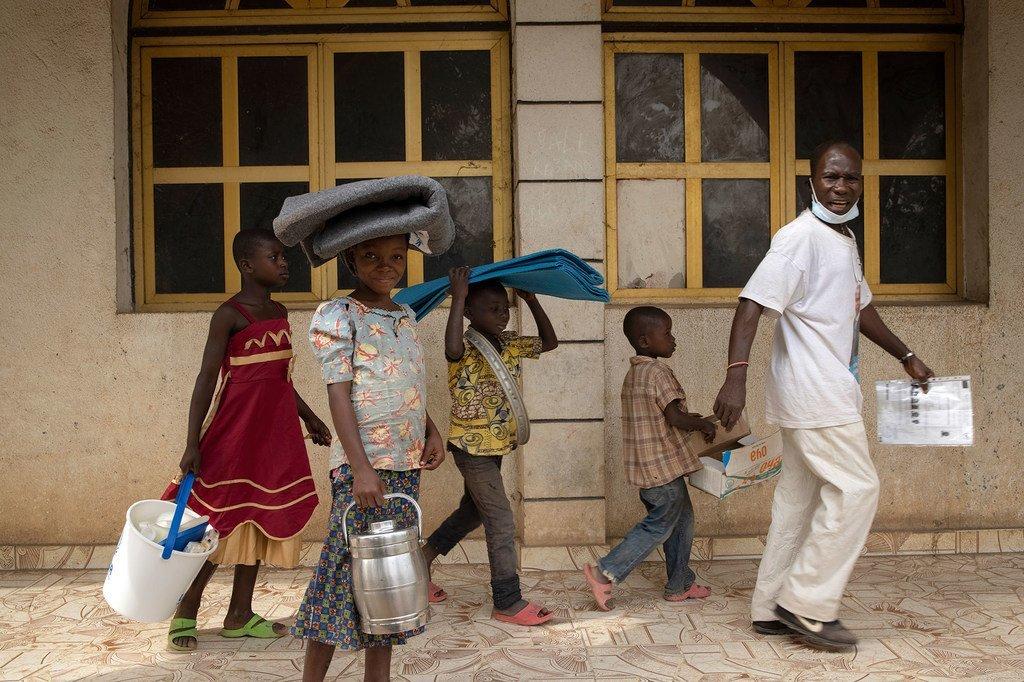 Des réfugiés de la République centrafricaine quittent un centre de distribution du HCR dans le nord de la République démocratique du Congo.