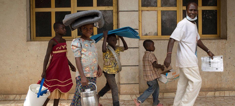 Refugiados da República Centro Africana em centro de distribuíção de ajuda no norte da República Democrática do Congo