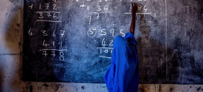 Alunas foram levadas por sequestradores apenas uma semana após um atentado similar no estado do Níger numa escola de meninos