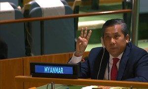 缅甸常驻联合国代表觉莫吞在发言结束时竖起三根手指,打出了缅甸街头示威者象征抗议政变的手势。