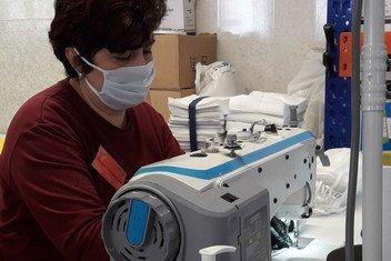 В условиях распространения коронавируса компания по производству одежды переориентировалась на пошив медицинских масок