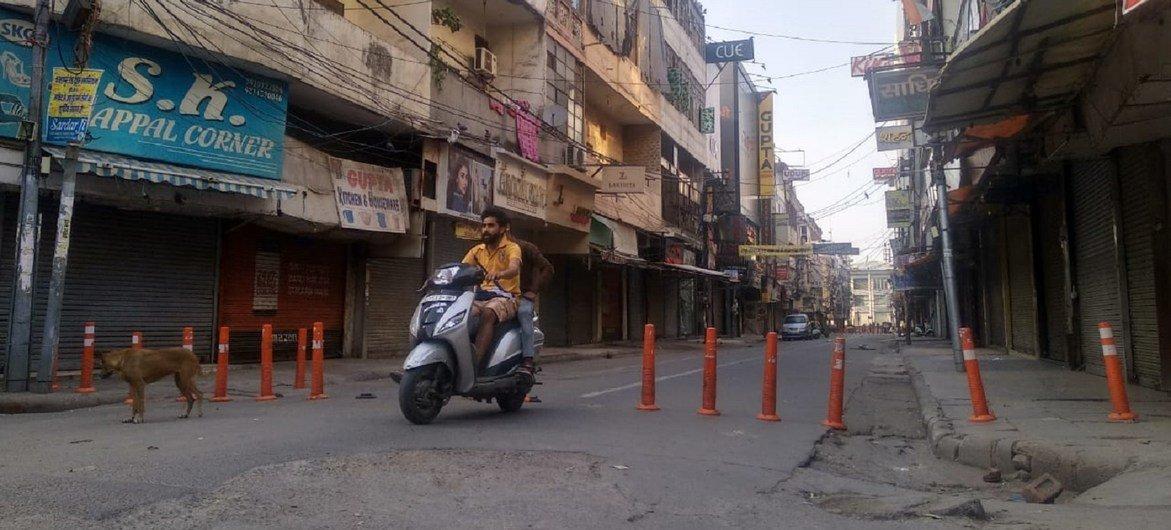 印度德里,疫情封锁期间,街上的店铺纷纷关门,行人稀少。