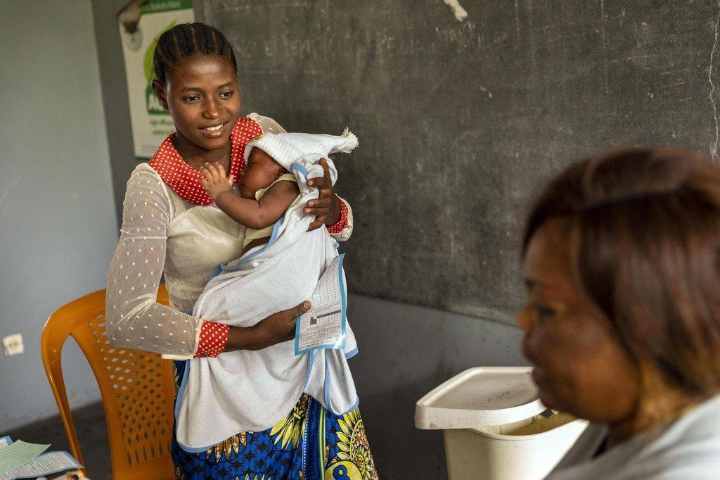 Mama Bwanga, 26 ans, emmène son bébé dans un centre de santé en République démocratique du Congo (RDC).