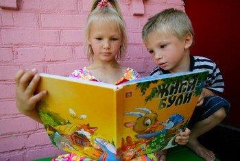 Дети, живущие на востоке Украины, постоянно подвергаются риску подорваться на мине или неразорвавшемся боеприпасе.