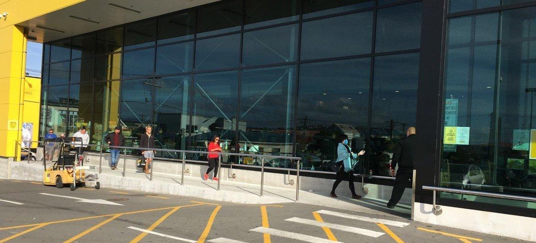 2019冠状病毒病大流行期间,购物者在新西兰惠灵顿的超市外,以2米距离排队等候进入。