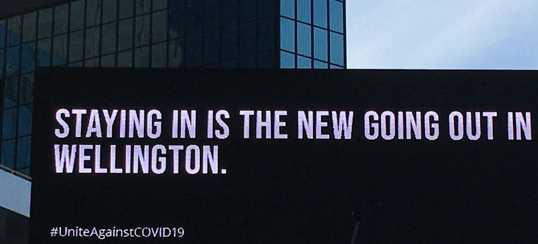 2019冠状病毒大流行期间,新西兰惠灵顿市中心的一个广告牌。