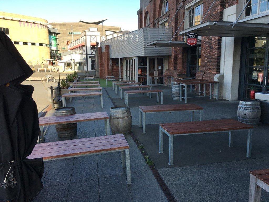 Imagen de un bar habitualmente lleno de gente, pero ahora vacío durante la pandemia del COVID-19 en la ciudad neozelandesa de Wellington.