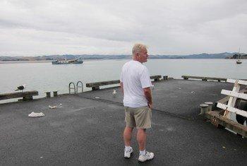 新西兰惠灵顿居民约翰·塞缪尔斯在2019冠状病毒疫情期间站在空旷的码头上