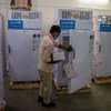 Des employés d'un hôpital à Ghaziabad, dans l'Uttar Pradesh, en Inde, stockent des vaccins contre la Covid-19 dans des réfrigérateurs.