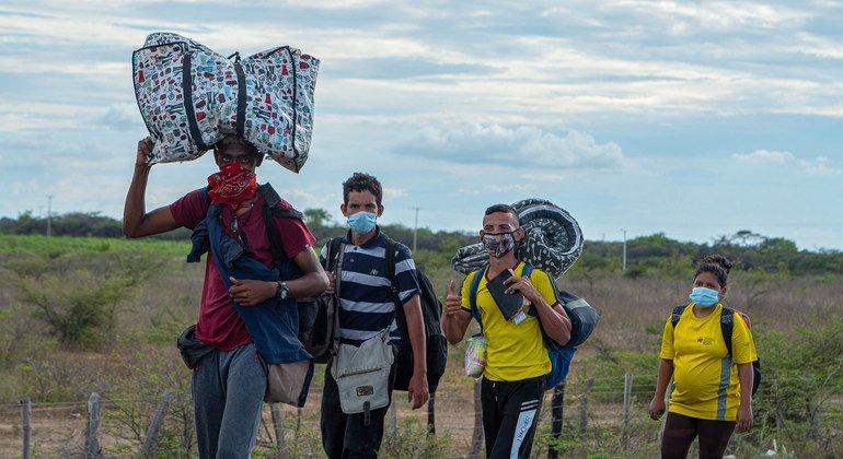 Venezolanos intentando llegar a la ciudad de La Guajira en Colombia