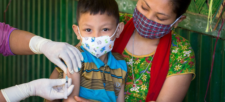 Из-за пандемии COVID-19 более 50 миллионов детей не получили важнейшие прививки. На фото – мальчику в Бангладеш делают прививку от кори и краснухи.