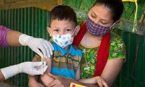 صبي صغير يتلقى لقاحين أحدهما ضد الحصبة والآخر ضد الحصبة الألمانية خلال حملة تطعيم وطنية في بنغلاديش.