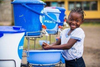 Jovem lava as mãos na República Democrática do Congo, uma das medidas de prevenção contra o vírus