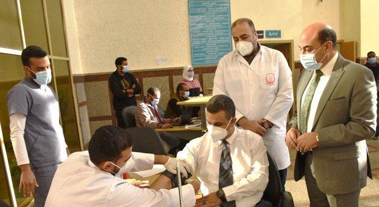 الدكتور إيهاب حنفي، وكيل وزارة الصحة المصرية، يتلقى لقاح كوفيد -19.