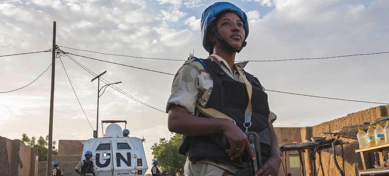 माली के गाओ में गश्त के दौरान एक यूएन मिशन शान्तिरक्षक.