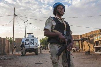 أحد حفظة السلام من مينوسما في دورية في غاو، مالي.