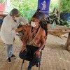 Un hombre indígena recibiendo la vacuna COVID-19 en Brasil.