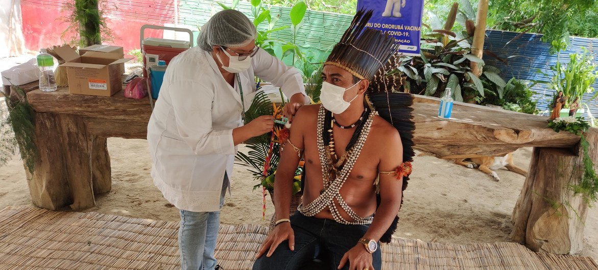 Indígena recebe vacinação Covid-19 no Brasil