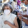 سيّدة مسنة تتلقى اللقاح ضد كوفيد-19 في كوستا ريكا.