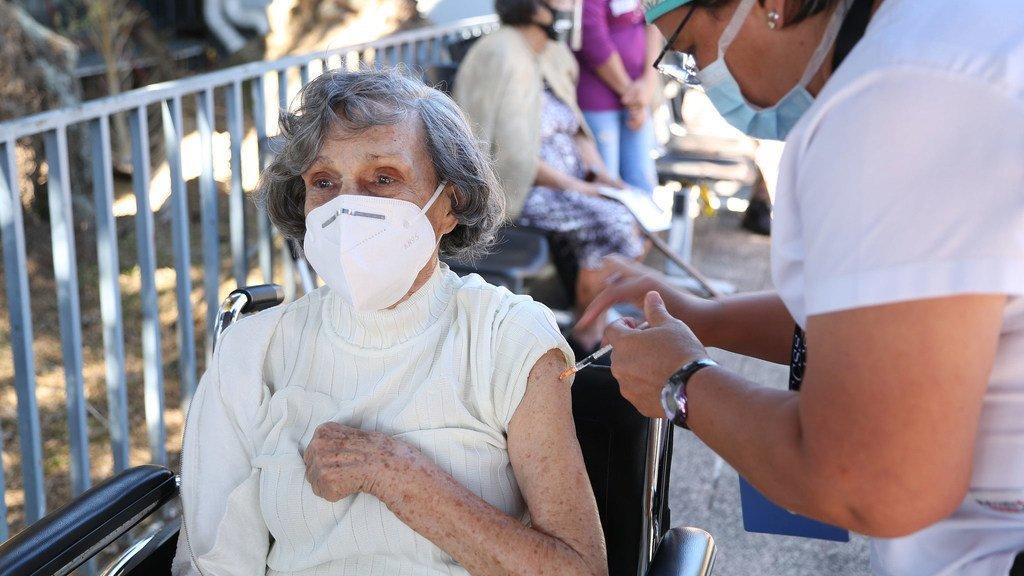 哥斯达黎加的一位老人在接受新冠疫苗接种。