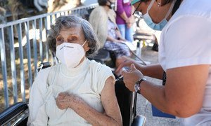 Una mujer es vacunada contra el COVID-19 en Costa Rica.